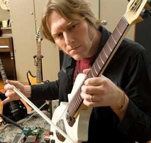 il rock frizzante di tyler Bates ha ispirato la clonna sonora di The Comedians, compositore Federico ferrandina, edizioni musicali FlipperMusic