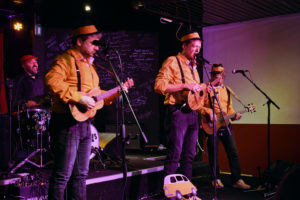 Il trio dell'ukulele accompagnato dalla batteria di Teodorani, si divertono sul palco