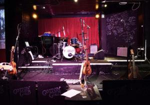 Il palco degli Youkus al Cotton Club in attesa dell'inizio del c oncerto, eizioni e produzione FlipperMusic
