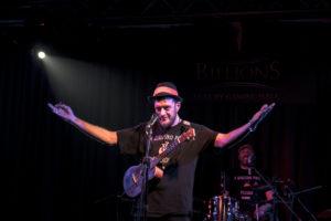 Claudio Perini, ukulele e voce degli Youkus, live al Billions per la presentazione del Vinile di A qualcuno piace Piccolo, Edizioni FlipperMusic