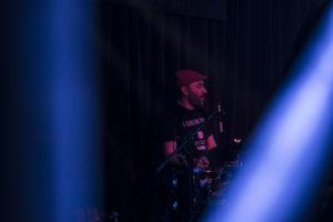 Daniele Teodorani, la batteria che accompagna gli ukulele degli Youkes. Billion presentazione vinile A qualcuno Piace PIccolo, edizioni FlipperMusic